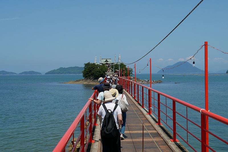 橋の先、海のなかにぽつんと浮かび上がる津島の様子は、非常に厳かな雰囲気だ