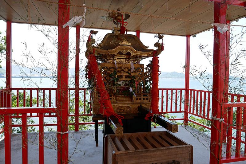拝殿の周囲には、幣殿や神饌殿、守札授与所、社務所などがあり、神輿も飾られていた