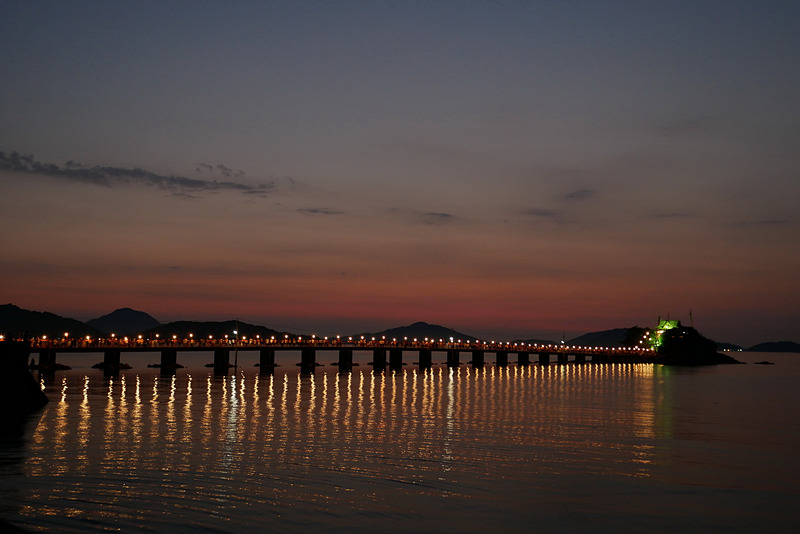 日が沈んで周囲が暗くなると、ライトアップされたつしま橋と津嶋神社が明るく浮かび上がり、とても幻想的な雰囲気となる