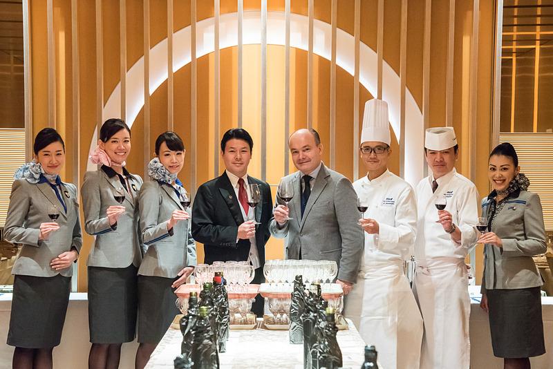 ANAは、世界的ソムリエのオリヴィエ・プーシエ氏(中央左)と、コンラッド東京 エグゼクティヴ ソムリエの森覚氏(中央右)が選定に携わったワインセレクションを9月から提供する