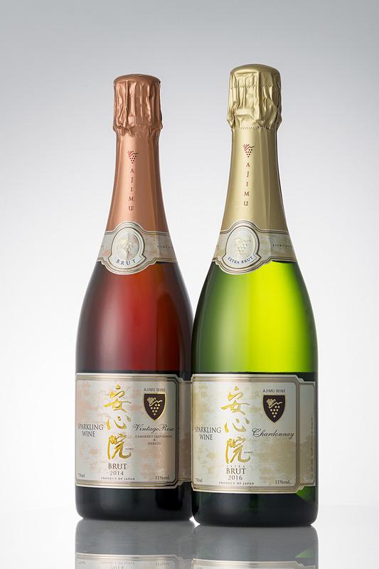 大分県宇佐市安心院(あじむ)町の三和酒類 安心院葡萄酒工房で造られたスパークリングワイン「安心院スパークリングワイン」。国際線ファーストクラスで、「安心院スパークリングワイン ロゼ 2014」(左)を9月、「安心院スパークリングワイン 2016」(右)を10~11月に提供