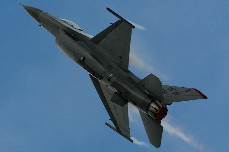 PACAF Viper Demo TeamのF-16は激しい機動飛行を披露