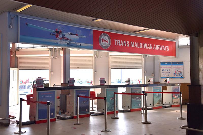 「Trans Maldivian Airways」のチェックインカウンターへ