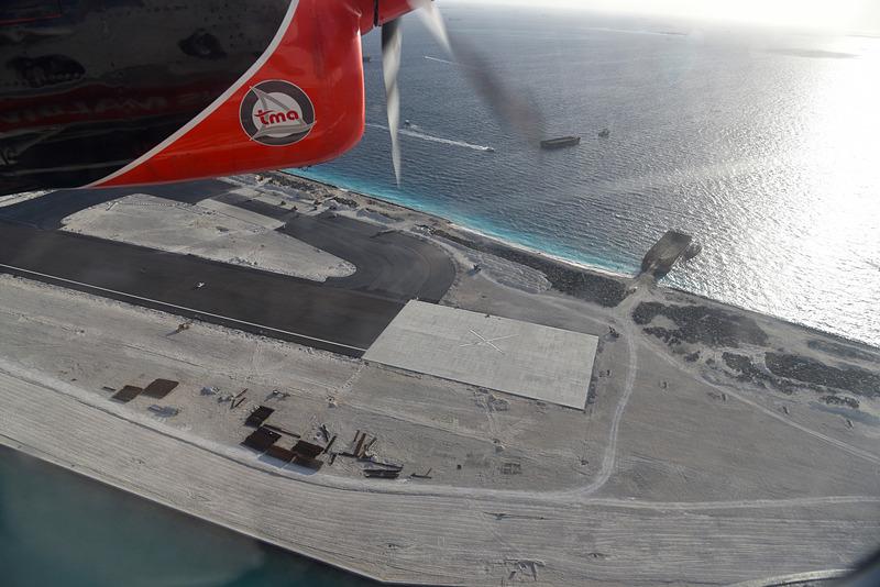 眼下に広がる拡張工事中の空港