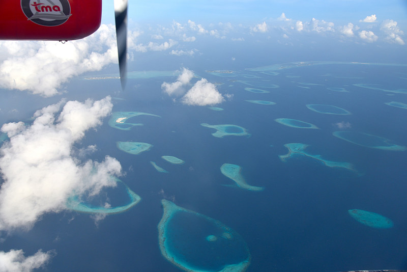しばらくすると美しい環礁が広がる