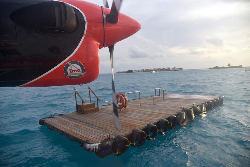 海上に浮くポートへ機体を近づける