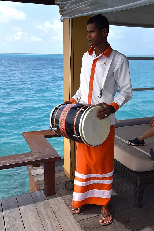 伝統的な楽器Bodu Beruで宿泊ゲストを歓迎