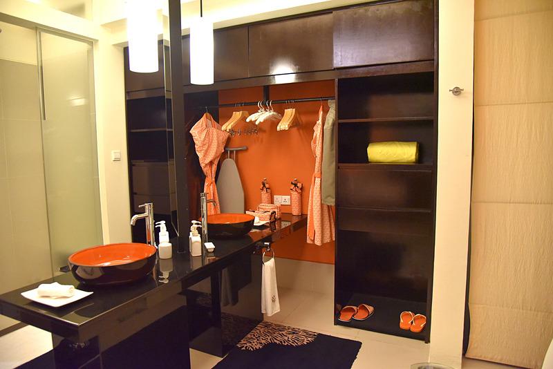バスルーム周辺は一体型となっている。クローゼットにはバスローブがかけられていた