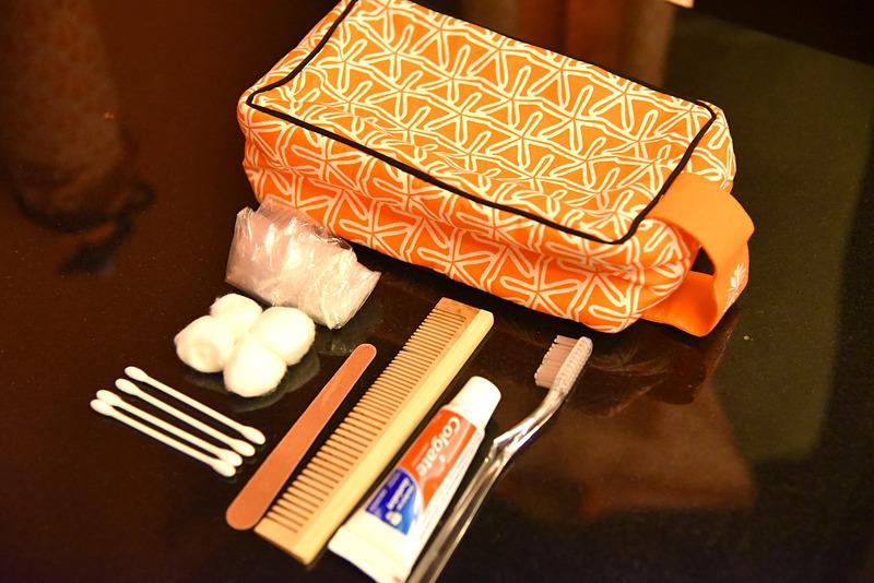 ポーチの中には歯ブラシキットや綿棒、クシにパフなどが入っている
