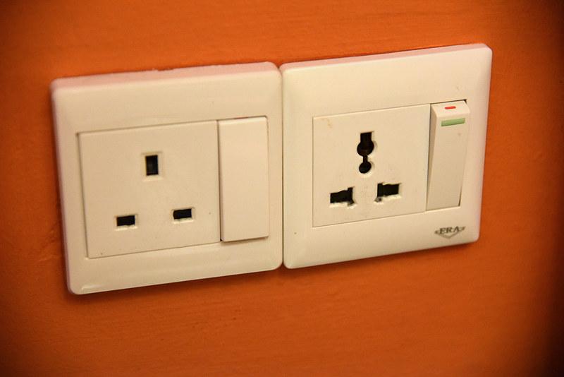 アメニティ横の壁にはユニバーサル仕様とBFタイプの電源プラグを用意