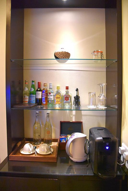 バーカウンターにはアルコールやドリンクなどが並ぶ