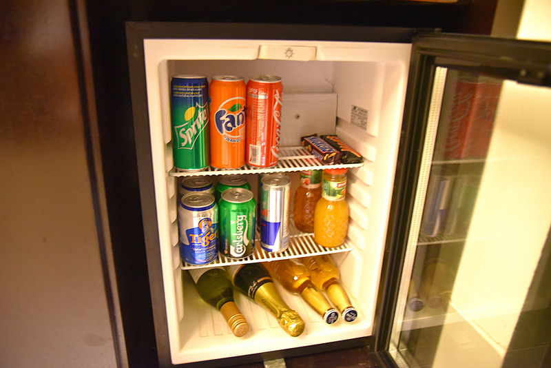 ミニ冷蔵庫の中にはソフトドリンクとアルコール類