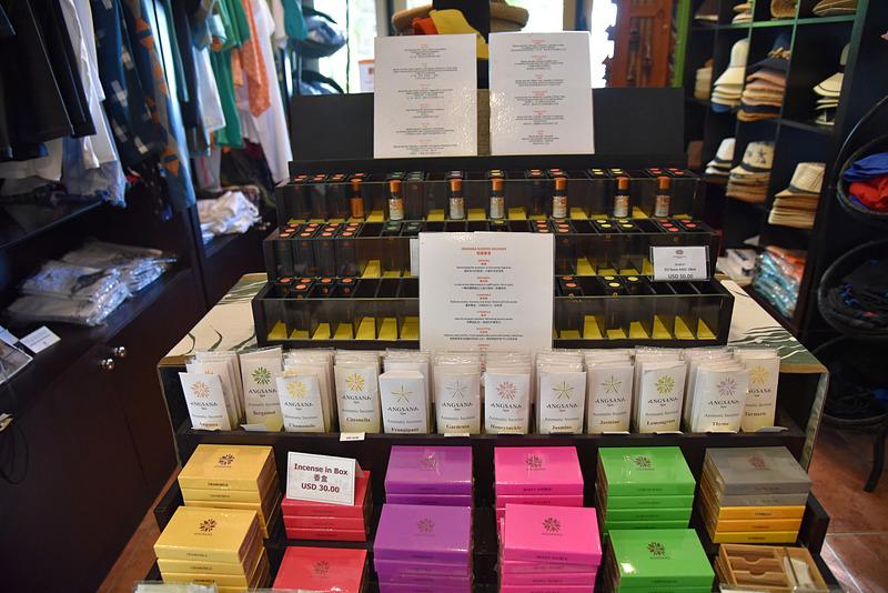 各種部屋のアイテムや「アンサナ・スパ(Angsana SPA)」のお香なども販売されている