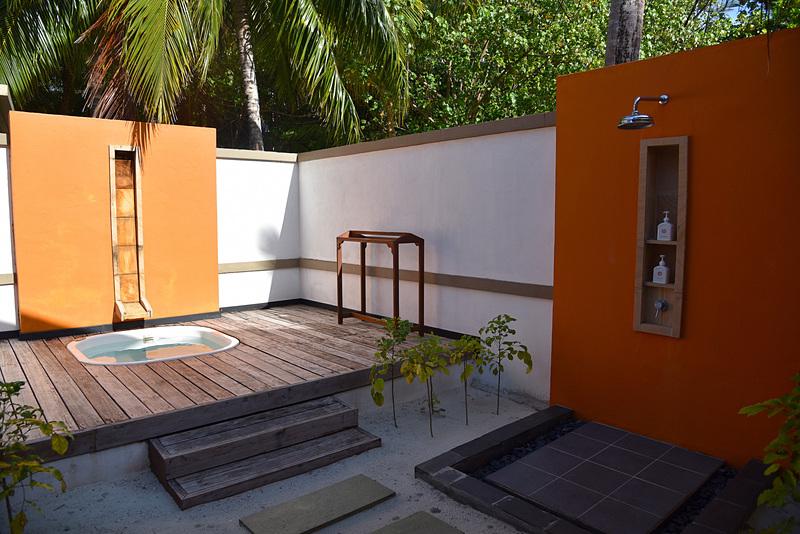 シャワーとジェットプールがガーデン側に設置されている