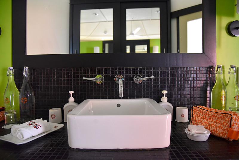 タイル張りの洗面所はシックでかわいらしい。アメニティ類はほかの部屋と同一