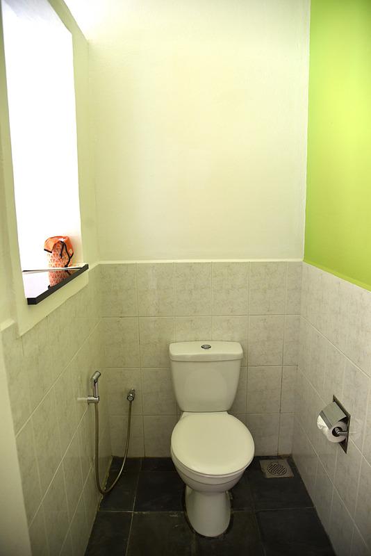 こちらもジェットプール側で開放的なトイレ