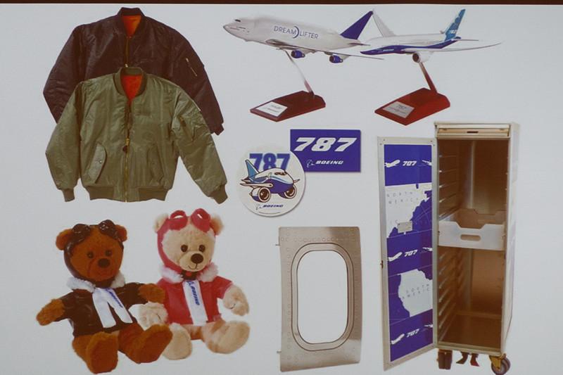 米国からボーインググッズを輸入するほか、本物の飛行機の部品を用いたグッズもラインアップ。セントレアオリジナルグッズも用意
