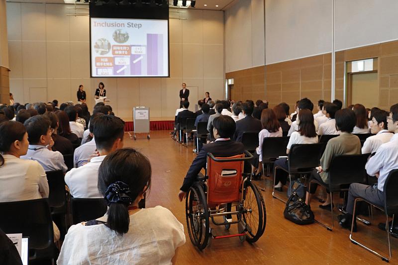 発表のなかで、メンバーが車椅子で会場後方から登場するなど展開もダイナミック