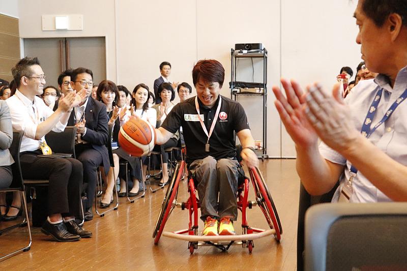 「あすチャレ!」プロジェクトディレクターの根木慎志氏が会場後方よりドリブルしながら車椅子でスピーディに登場