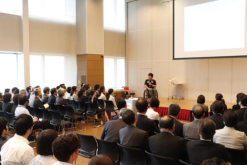 檀上でスクリーンを使いながら、パラリンピックや「あすチャレ!」について軽快なトークで解説