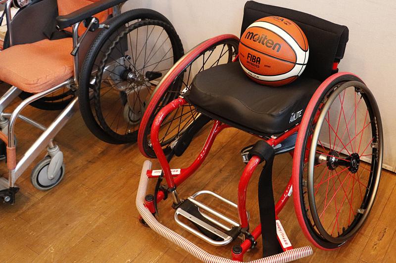 根木氏の車椅子。「あすチャレ!スクール」や、活動をサポートするJALのロゴも入っている