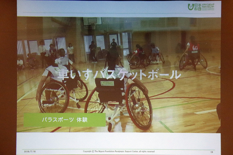 学校での活動では、学生たち自身に車椅子バスケも体験してもらう