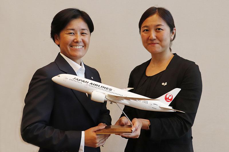 「Hybrid×Navi」チームの株式会社JALグランドサービスの野村織江氏(左)と日本航空株式会社の尾上真澄氏(右)