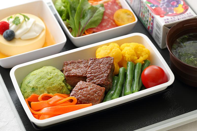 機内食「なでしこスペシャル」の昼食/夕食で提供する「牛サーロインのソテー 赤ワインソースがけ」