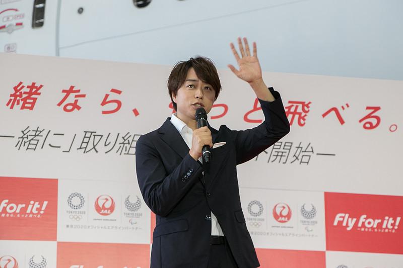 CMの撮影中に生徒たちが手を振るので手を振り返したら、「誰ですかー!?」という声が聞こえたというエピソードを話す櫻井翔さん