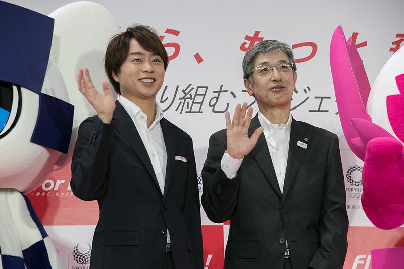 発表会に出席した嵐の櫻井翔さん(左)と日本航空株式会社 代表取締役社長 赤坂祐二氏(右)