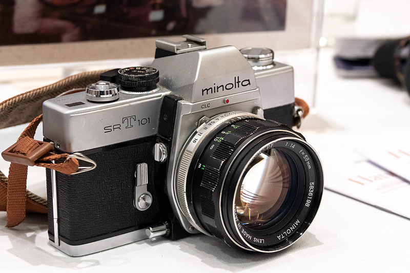 Hanoitouristのテーブルには、ミノルタ「SR-T101」、アサヒペンタックス「SPF(Spotmatic F)」、オリンパス「OM10」、キヤノン「AE-1 Program」といったフィルムカメラが並べられた
