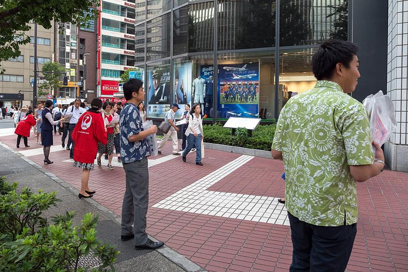 日本航空株式会社 代表取締役会長 植木義晴氏(写真上段左)や、ハワイアン航空 日本支社長 宍戸隆哉氏(写真上段中央)、JALプラザ有楽町のスタッフらが、通行人にハワイ島ツアーのパンフレットなどを配布