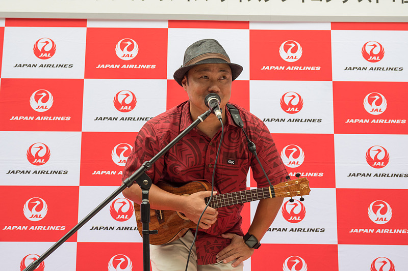 JALプラザ有楽町前でウクレレ奏者、ジョディ・カミサト(Jody Kamisato)氏による生演奏