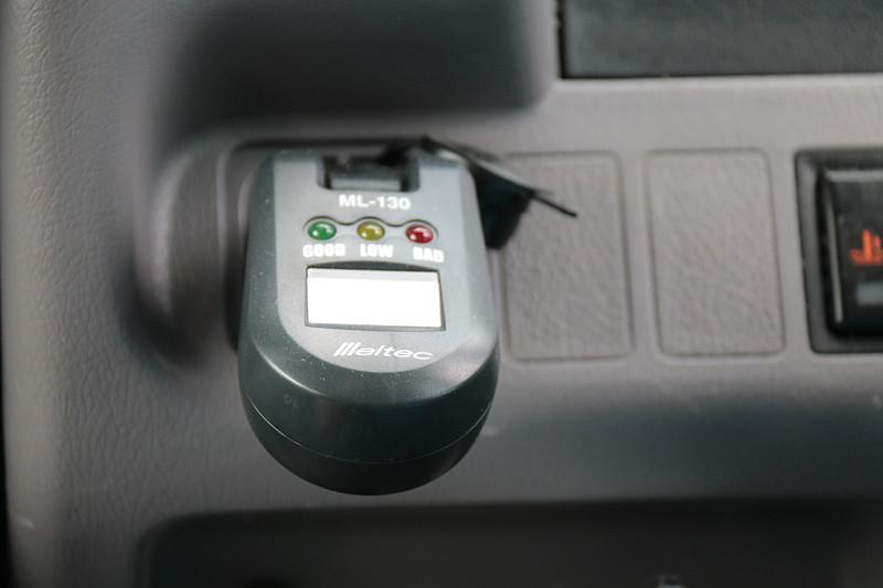 外部に各種カメラやLIDAR(Light Detection and Ranging)を装着しているが、SBドライブのシステム以外は通常の「ポンチョ」と大きく変わりはない印象。スピードメーター周りやATシフトセレクタ、エアコンディショナなどは標準のもののようだった。バッテリーあがりにならないよう、大自工業のバッテリーチェッカー「Meltec」が装着されていた