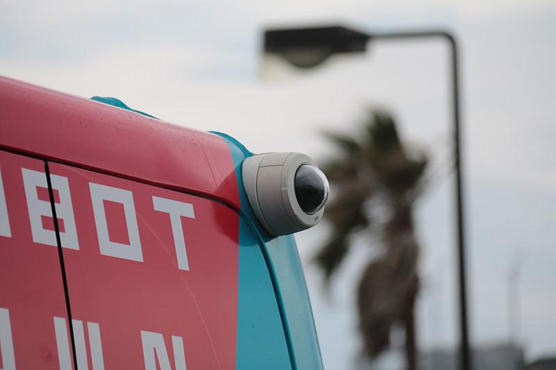 ボディ先端の左右ヘッドライトの中間にあるのが「LIDAR」と「ミリ波レーダー」。「SB Drive」ロゴのところにあるのが「側方LIDAR」と「後方LIDAR」