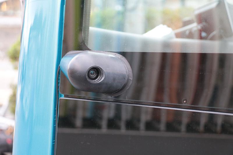 フロントガラス内側には「前方カメラ」、ボディサイドにあるのが「後側方カメラ」