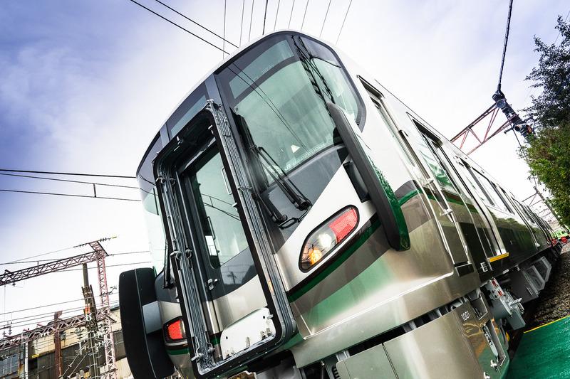 JR西日本が公開した227系1000番台車両。モダンなグリーンを基調としたステンレスボディ