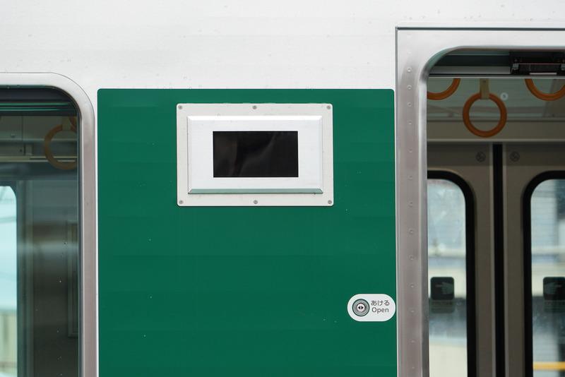 3つドアの中央以外には降車や乗車などの情報表示パネルがある