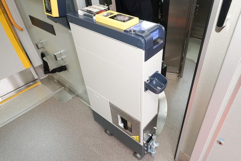 運転台後方に設置された現金収受可能な車載型IC改札機。通常この位置で使う