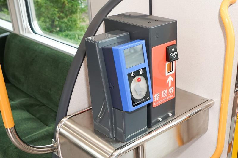 乗車用のIC車載機と整理券発券機が並ぶのは運転席の後ろのドアのみ