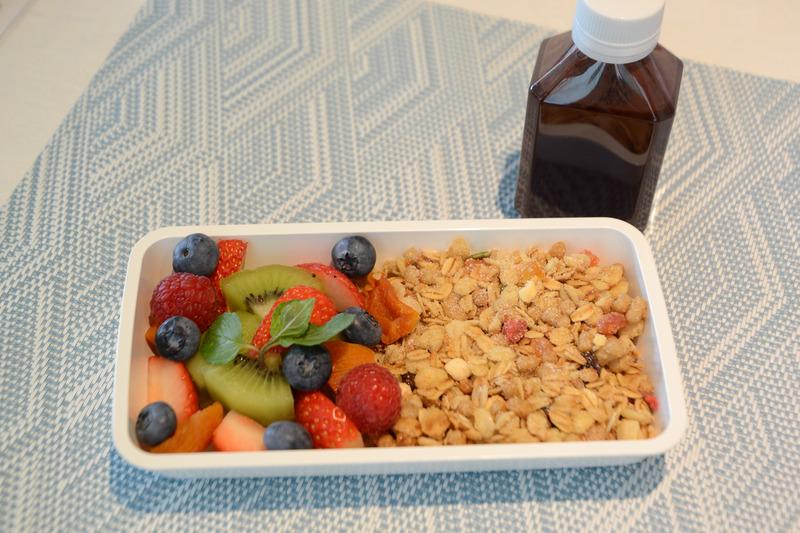 栄養価の高いグラノーラとともに、新鮮なフルーツがふんだんに盛られている