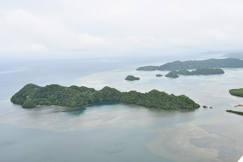 フライト直後からまた雲が厚くなり始め、安全のためもう少し高度を下げての遊覧となりました。「晴れているともっと上から」とのことですが、初めての我々には十二分の感動体験! とてもきれいな島々に感激でした
