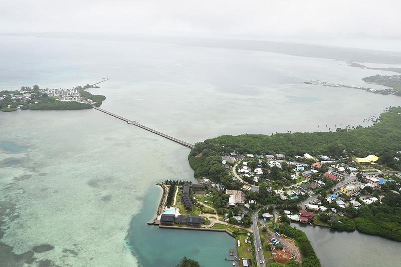 コロール島の上空を飛行中。さっきクルマ走ってきた橋や道路、地上で見ていた建物を上空から見ると、とても不思議な感じがします