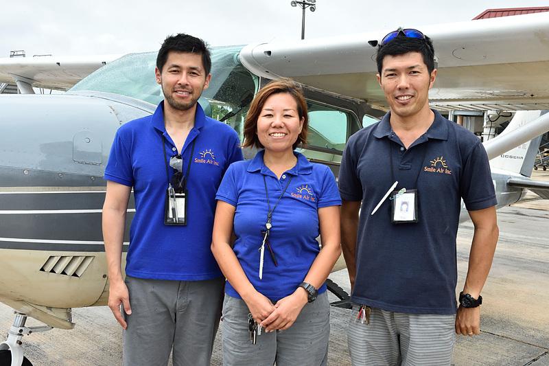 3人ともパイロットのInokuchiさん(左)、佐々木さん(中央)、Kainumaさん(右)。「また天気のよい日に、スマイルエアーを体験しに来てくださいね!」
