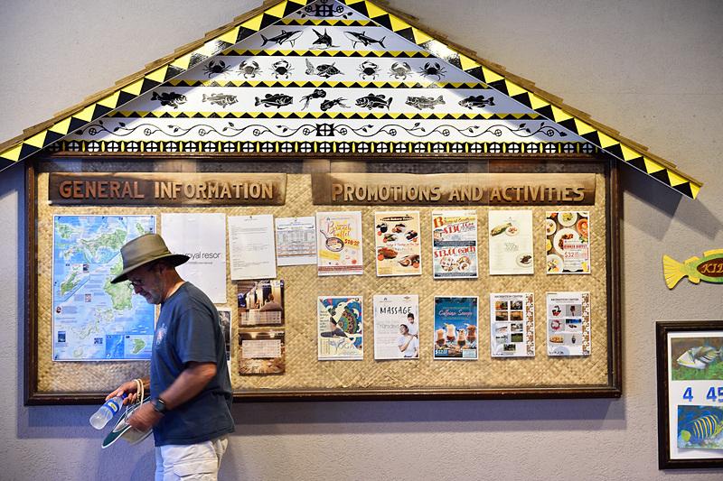 掲示板も「アバイ」(パラオの伝統建築)をイメージしたデザインです