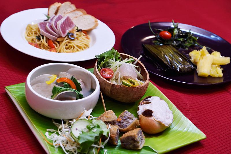 まずは代表的なパラオ料理が楽しめる「PALAUAN COURSE」をオーダー。鮮魚とパパイヤのサラダ、ウカエブ(陸ガニのココナッツソース和え)、マングローブ貝のオイスターソースソテーなどパラオを代表する味覚が満載