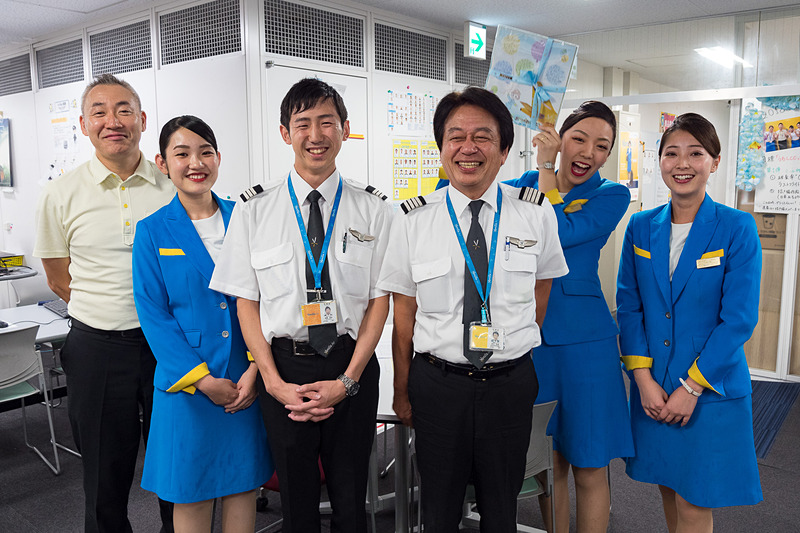 バニラエアが、飛行時間が2万時間を超え、翌日に68歳を迎える機長 明石哲憲氏の引退をオフィスで祝福