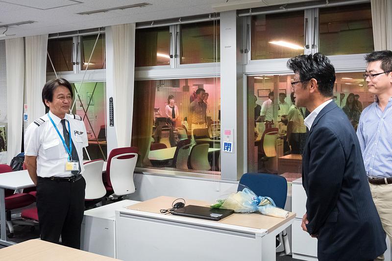 セレモニーでねぎらいの言葉をかけるバニラ・エア株式会社 代表取締役社長 五島勝也氏(右)