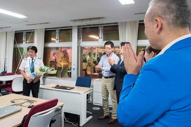 集まった社員からも拍手。写真左中央にはバニラ・エア株式会社 顧問 石井知祥氏の姿