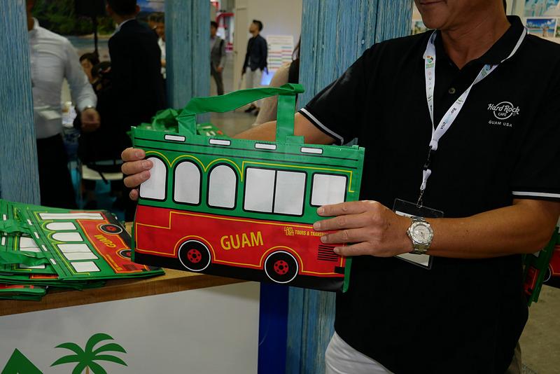 LAMLAMツアーズのシャトルバスをデザインしたエコバッグも配られる